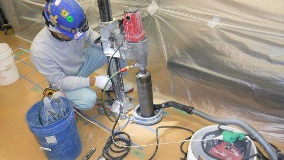 コンクリート内の鉄筋位置を特定し、貫通口を設けます